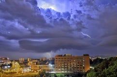 Het onweer van de bliksem over de stad Royalty-vrije Stock Afbeeldingen