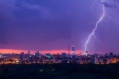 Het onweer van de bliksem over stad Stock Afbeelding