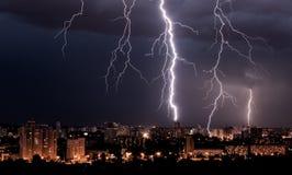 Het onweer van de bliksem over stad Royalty-vrije Stock Fotografie