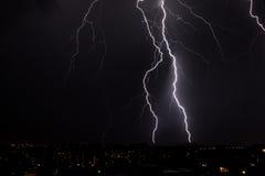 Het Onweer van de bliksem over stad stock fotografie