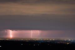 Het Onweer van de bliksem over stad Royalty-vrije Stock Foto