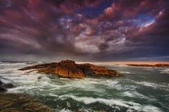 Het onweer van de het overzeese Strandzonsopgang van Birubi Stock Foto's