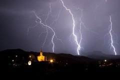 Het onweer van de nacht boven een kleine kapel. Royalty-vrije Stock Afbeeldingen