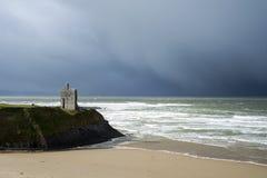 Het onweers naderbij komend kasteel van de de winterregen Stock Foto's