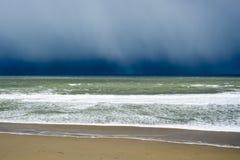 Het onweers naderbij komend strand van de de winterregen Stock Foto's