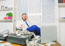 Het onwettige concept van de geldwinst De zakenman bespreekt succesvolle overeenkomst De bedriegster spreekt mobiele telefoon Fin royalty-vrije stock foto