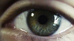 Het oog dichte omhooggaand van de vrouw stock video