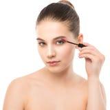 Het oog maakt omhoog van toepassing zijn De mascara die close-up toepassen, snakt zwepen Make-upborstel Stock Fotografie