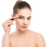 Het oog maakt omhoog van toepassing zijn De mascara die close-up toepassen, snakt zwepen Make-upborstel Royalty-vrije Stock Afbeeldingen