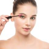 Het oog maakt omhoog van toepassing zijn De mascara die close-up toepassen, snakt zwepen Make-upborstel Geïsoleerde Stock Fotografie