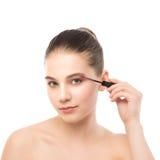 Het oog maakt omhoog van toepassing zijn De mascara die close-up toepassen, snakt zwepen Make-upborstel Geïsoleerde Stock Foto's