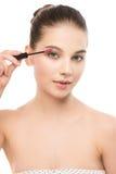 Het oog maakt omhoog van toepassing zijn De mascara die close-up toepassen, snakt zwepen Make-upborstel Geïsoleerde Royalty-vrije Stock Fotografie