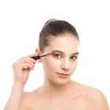 Het oog maakt omhoog van toepassing zijn De mascara die close-up toepassen, snakt zwepen Make-upborstel Geïsoleerde Stock Foto