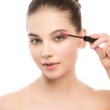Het oog maakt omhoog van toepassing zijn De mascara die close-up toepassen, snakt zwepen Make-upborstel Geïsoleerde Royalty-vrije Stock Afbeelding