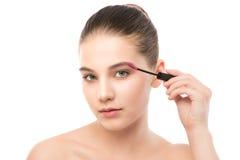 Het oog maakt omhoog van toepassing zijn De mascara die close-up toepassen, snakt zwepen Make-upborstel Geïsoleerde Royalty-vrije Stock Foto