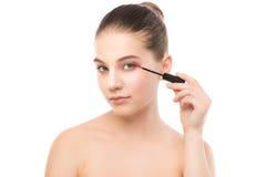 Het oog maakt omhoog van toepassing zijn De mascara die close-up toepassen, snakt zwepen Make-upborstel Geïsoleerde Royalty-vrije Stock Foto's