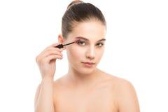 Het oog maakt omhoog van toepassing zijn De mascara die close-up toepassen, snakt zwepen Make-upborstel Geïsoleerde Stock Afbeelding