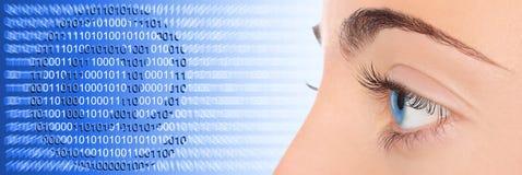 Het oog van de vrouw op blauwe technologiee-mail achtergrond Stock Afbeeldingen