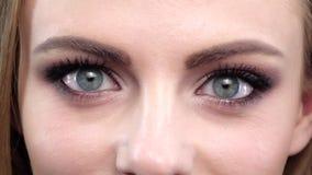 Het oog van de vrouw, squint Sluit omhoog Langzame Motie stock video