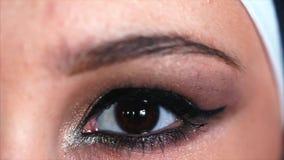 Het oog van een mooie Arabische moslimvrouw met manier heldere make-up stock footage
