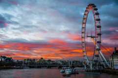 Het Oog van Londen bij zonsondergang Stock Afbeelding