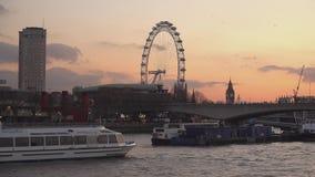 Het Oog van Londen in de avond - bekijk van Rivier Theems Londen, Engeland stock video