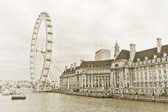 Het Oog van Londen en de gebouwen naast Rivier Theems in Londen Stock Fotografie