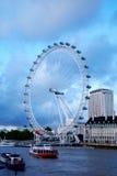 Het Oog van Londen en de rivier van Theems in Londen. Stock Foto's