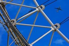 Het Oog van Londen en een vliegtuig Stock Afbeeldingen