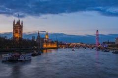 Het Oog van Londen en het parlement van Westminster bij nacht, Londen Stock Afbeelding
