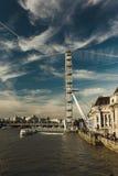 Het Oog van Londen over de Rivier Theems Stock Foto's