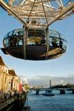 Het Oog van Londen over de Theems rivier in Londen. Stock Afbeeldingen