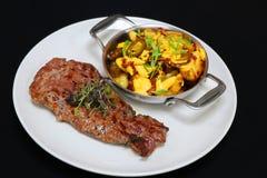 Het ooglapje vlees van de rundvleesrib met aardappelwiggen stock afbeeldingen