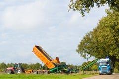 het oogsten van en het vervoeren van aardappels royalty-vrije stock afbeeldingen