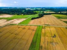Het oogsten van graan op gebieden van de de herfst de Lucht hoogste mening stock afbeelding