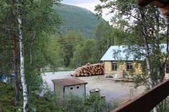 Het oogsten van hout Op de raadszaagmolen Stock Foto's