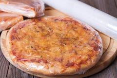 Het oogsten van pizza op een houten achtergrond Stock Afbeeldingen