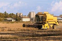 Het oogsten van sojaboongebied met maaidorser royalty-vrije stock foto
