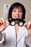 Het oogtest van de optometrist stock afbeeldingen