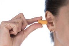 het oor van de meisjesholding stopt dichtbij het oor stock afbeelding