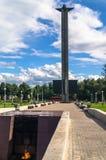 Het Oorlogsgedenkteken op de Tmaka-rivierdijk in de stad van Tver, Rusland stock foto's