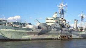 Het oorlogsschip van HMS Belfast op de rivier het panschot van Theems, Londen, het UK 4k Royal Navy die museum drijven bij de Riv stock footage