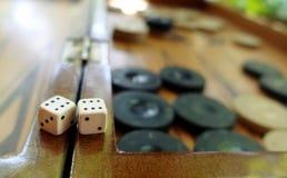 Het oostelijke Traditionele Backgammon van het Strategiespel en dobbelt royalty-vrije stock foto
