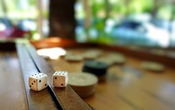 Het oostelijke Traditionele Backgammon van het Strategiespel en dobbelt royalty-vrije stock fotografie