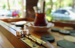 Het oostelijke Traditionele Backgammon van het Strategiespel en dobbelt royalty-vrije stock afbeelding