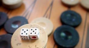Het oostelijke Traditionele Backgammon van het Strategiespel en dobbelt royalty-vrije stock afbeeldingen