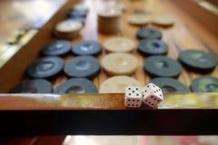 Het oostelijke Traditionele Backgammon van het Strategiespel en dobbelt stock afbeelding