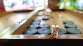 Het oostelijke Traditionele Backgammon van het Strategiespel en dobbelt stock foto's