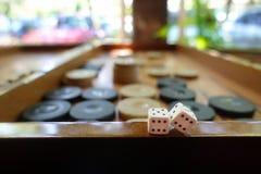 Het oostelijke Traditionele Backgammon van het Strategiespel en dobbelt stock foto