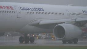 Het Oostelijke vliegtuig die van China bij Sheremetyevo Luchthaven in regenachtig weer taxi?en stock footage